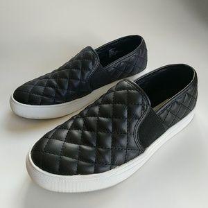 e42eb7556f1 Steve Madden Shoes - EUC Steve Madden Endell Quilted Slip-On Sneaker